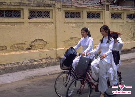 nó thường đạp xe đi học