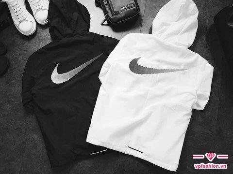 """áo gió Nike running được thiết kế """" Swoosh"""" to , rõ nét."""