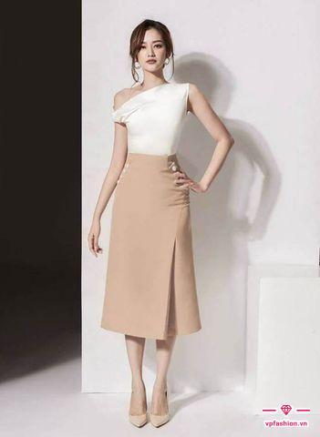 Mặc đẹp váy chữ A dài kết hợp với áo lệch vai