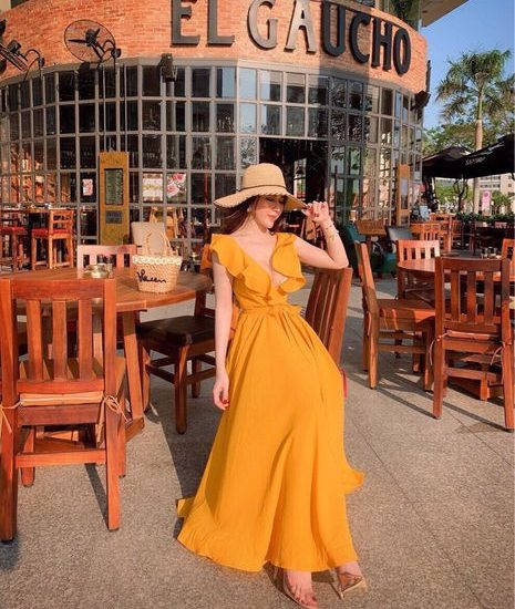 Màu vàng rực rỡ của váy maxi tăng thêm cuốn hút